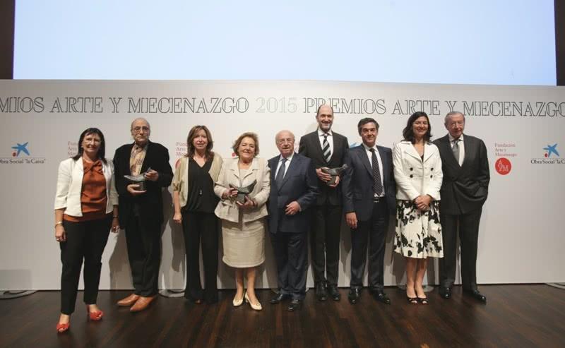 """La directora general adjunta de la Fundación Bancaria """"la Caixa"""", Elisa Durán, con los ganadores y respresentantes de la Fundación Arte y Mecenazgo."""
