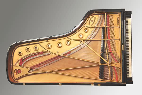 Y este un gran piano Steinway tradicional.