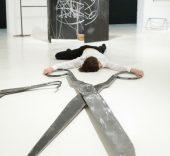 Acción Performativa. Inauguración 'Formació en ambidexteritat' de Eva Kot'átková. Foto: Pere Pratdesaba