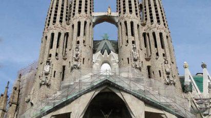 «Sagrada Familia 03» de Bernard Gagnon - Trabajo propio. Disponible bajo la licencia CC BY-SA 3.0 vía Wikimedia Commons - https://commons.wikimedia.org/wiki/File:Sagrada_Familia_03.jpg#/media/File:Sagrada_Familia_03.jpg