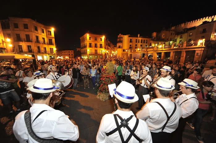 El acudecto con 8.000 participantes a la performance de flores y del concierto de jazz en la edición de 2014.