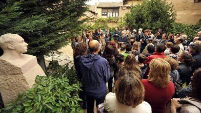 Ian Gibson en la ruta machadiana seguido por una multitud de fans en la edición pasada.