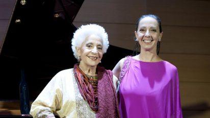 Teresa Berganza acompañada de su hija Cecilia Lavilla Berganza.