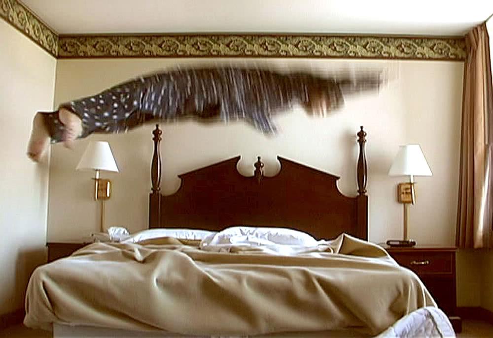 'Catch My Fall', 2003. Gonzalo Lebrija. Vídeo 2'08''. Cortesía del artista.