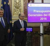 El ministro de Hacienda, Cristóbal Montoro, y el presidente de la Cámara Baja, Jesús Posada, durante el acto de presentación de los Presupuestos Generales del Estado 2016.