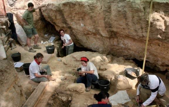 Valle de los Neandertales. Vista de la excavación en el Abrigo de Navalmaillo.