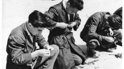 """La exposición """"Ni hueso ni pepita"""" comienza con una fotografía tomada en 1959 en la Escuela Rural de Nuestra Señora de Cogullada (Zaragoza). En ella aparecen tres alumnos en un ejercicio práctico de injertos frutales, concentrados en la manipulación de patrones de almendro. El alumno a la izquierda es el padre de Enrique Radigales."""