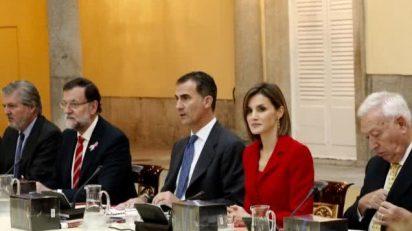 Los Reyes acompañados por el presidente del Gobierno y los ministros de Exteriores y de Educación. © Casa de S.M. el Rey.