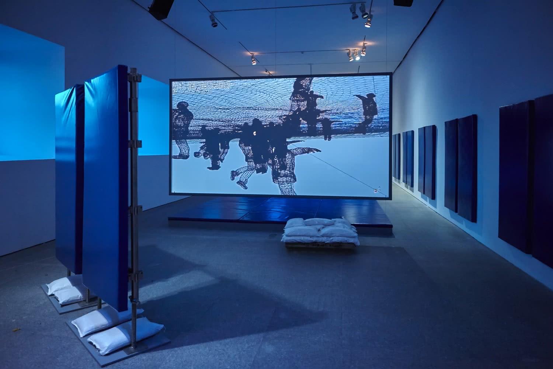 Vista de la exposición Duty-Free Art, de Hito Steyerl. Museo Nacional Centro de Arte Reina Sofía. Foto: Joaquín Cortés / Román Lores.