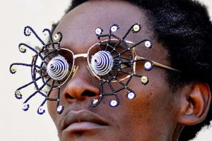 Cyrus Kabiru. Sol caribeño (Caribbean Sun), 2012. De la serie Gafas maravilla (C-Stunners). Fotografía, medidas variables. © Cyrus Karibu. Foto: Antony Wachira.
