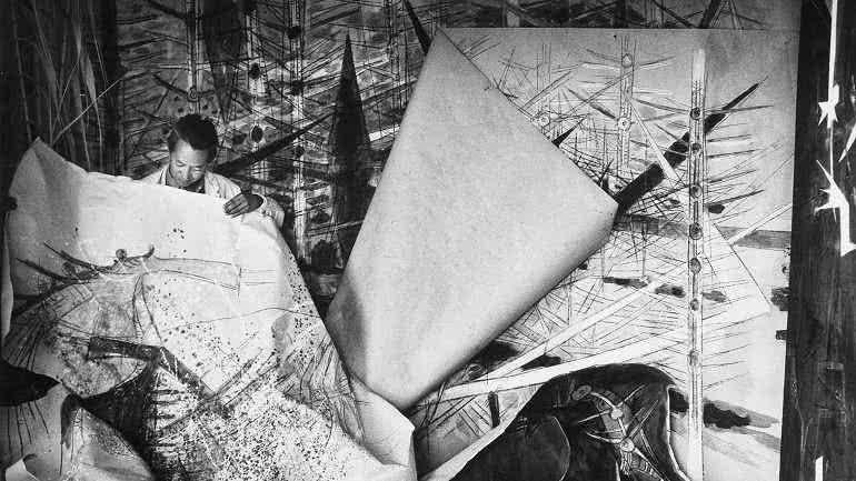 Wifredo Lam ante una de sus obras de la serie Brousses en su taller de Albissola, 1963.