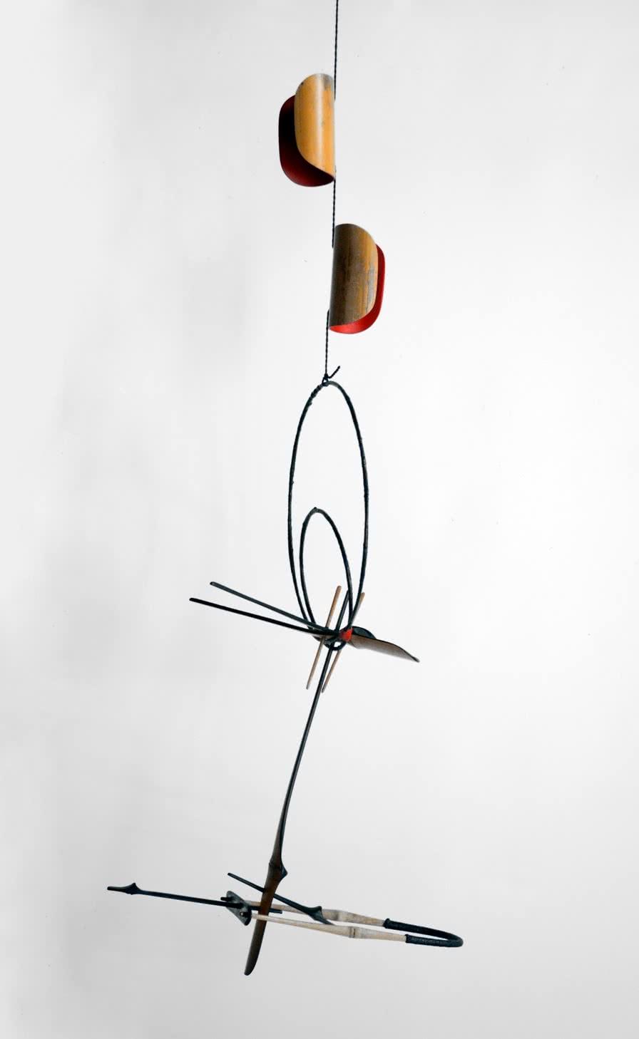 Moisès Villèlia. 35.11. Mòbil de bambú pintat, filferro i fil lacat. 1986. 112 x 42 x 42 cm.