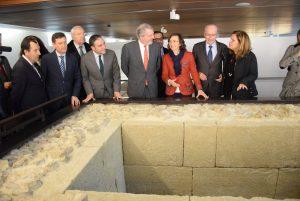 El ministro de Educación, Cultura y Deporte, Íñigo Méndez de Vigo, acompañado por la consejera andaluza de Cultura, Rosa Aguilar, y el alcalde de Málaga, Francisco de la Torre, durante su visita a la que será sede del Museo de Málaga.
