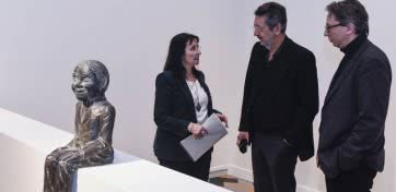 """La directora general adjunta de la Fundación Bancaria """"la Caixa"""", Elisa Durán; Julião Sarmento y el director del MACBA, Ferran Barenblit."""