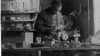 Oteiza trabajando en el laboratorio en 1957.