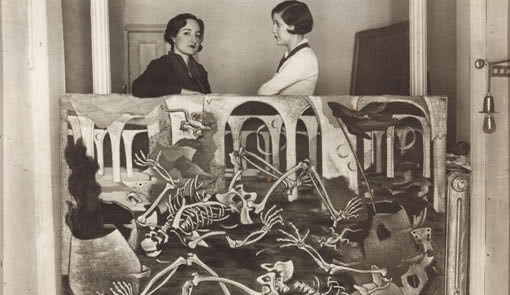 Maruja Mallo con Josefina Carabias, apoyada sobre su óleo Antro de fósiles, Madrid, 1931.