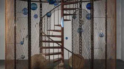 Louise Bourgeois. Celda (La última subida) [Cell (The Last Climb)], 2008. Acero, vidrio, goma, hilo y madera. 384,8 x 400,1 x 299,7 cm. Collection National Gallery of Canada, Ottawa. Foto: Christopher Burke. © The Easton Foundation / VEGAP, Madrid.