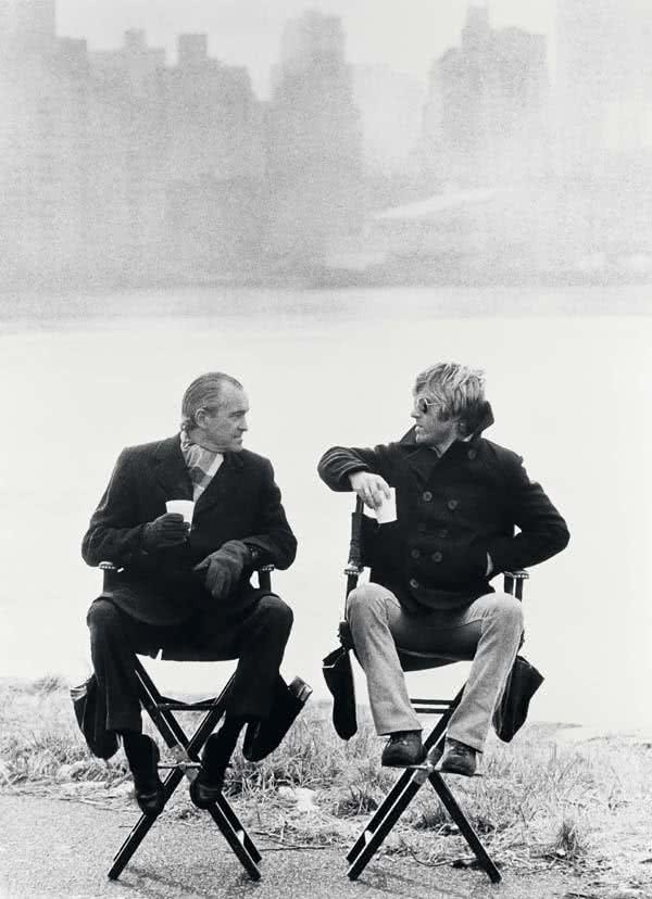 Robert Redford y Richard Helms en un descanso del rodaje de 'Three days of the Condoros' (Los tres días del Cóndor). Nueva York, 1975. Foto: Terry O'Neill.