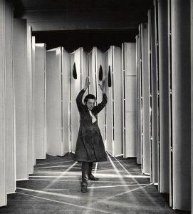 Louise Bourgeois dentro de Guarida Articulada (Articualted Lair) (Col.: MoMA, Nueva York) en 1986. Foto: © Peter Bellamy. © The Easton Foundation / VEGAP, Madrid.