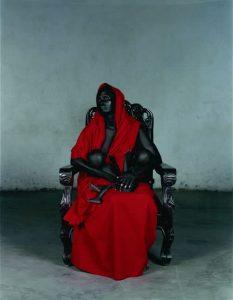 """Vanessa Beecroft. Black Madonna with Twins [Virgen María negra con gemelos], 2006. Fotografía: C-Print digital. Colección """"la Caixa"""" de Arte Contemporáneo. © Vanessa Beecroft."""