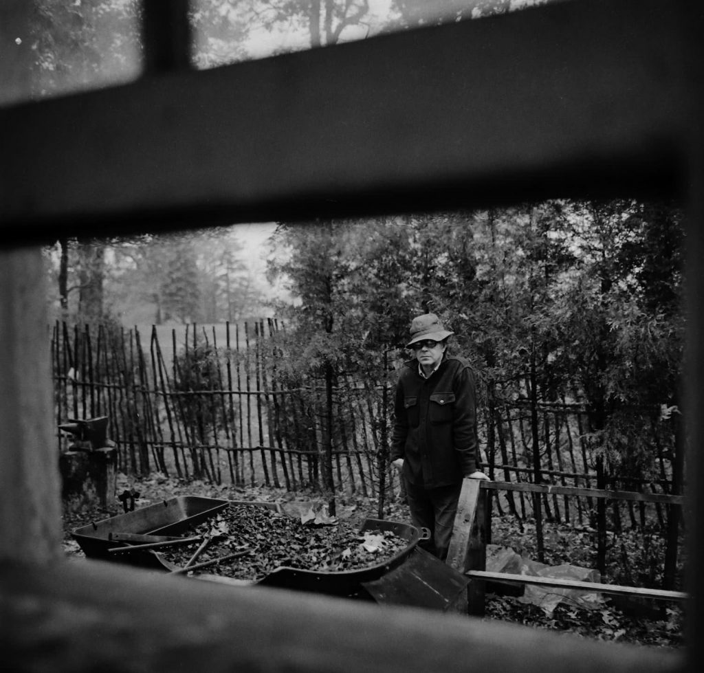 A lo largo de 45 años, Alejandro Togores realizó con su cámara un seguimiento sistemático del escultor Martín Chirino.