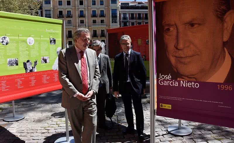 El ministro de Educación, Cultura y Deporte, Íñigo Méndez de Vigo, en la inauguración de la exposición '40 años del Premio de Literatura en Lengua Castellana Miguel de Cervantes 1976-2016'.