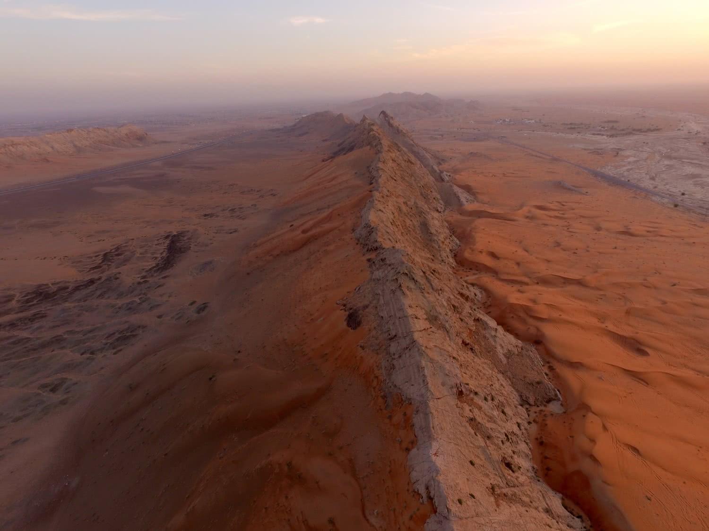 Línea rocosa que separa el oasis de al Madam del desierto. Foto: Víctor Cid.
