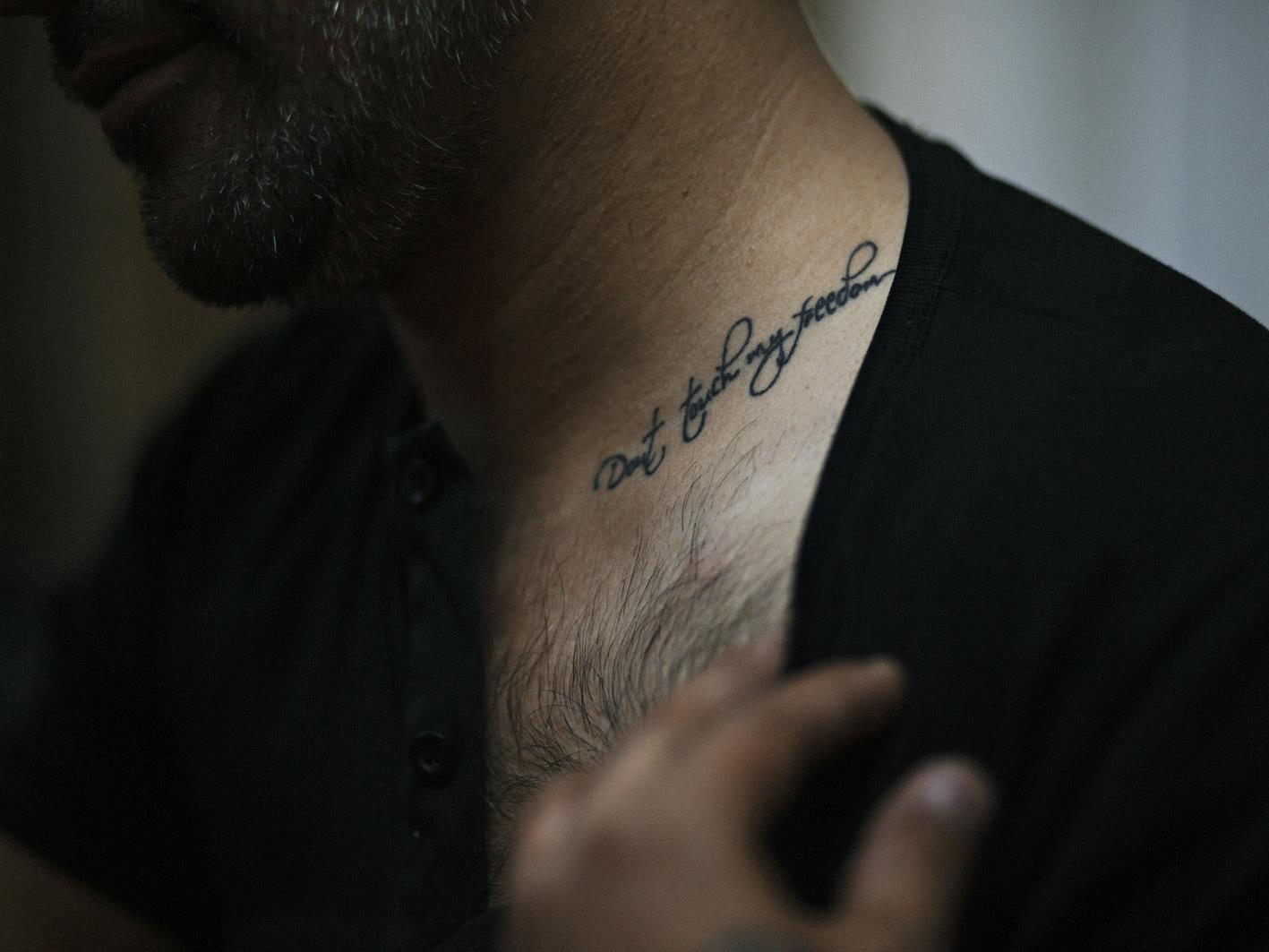 Maria Sturm y Cemre Yesil. <em>Goldfinch tattoo</em>. 2014.