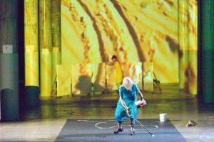 """Joan Jonas, """"The Shape, The Scent, The Feel of Things"""", performance at Dia Beacon in Beacon, NY, 2005. Foto de Paula Court."""