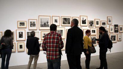 Vista de la exposición Humanismo y subjetividad en la fotografía española de los años 50 y 60. El caso Afal. Museo Nacional Centro de Arte Reina Sofía. Foto: Luis Martín.