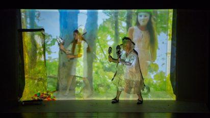 """Joan Jonas. Documentación de la performance video """"They Come to Us without a Word II"""", Pabellón de los EE.UU., 56ª Bienal de Venecia, 2015. Fotografía de Moira Ricci. Imagen cortesía de la artista y Gavin Brown´s Enterprise."""