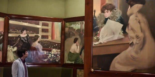 Los retratos de Júlia Peraire ocupan un lugar fundamental en la obra de Ramon Casas, y su estudio aporta mayor conocimiento a la trayectoria del creador, tal como muestra esta exposición inédita. Con Júlia como modelo, el artista logró obras maestras en las que la interpretación personal resulta vivificada por un lenguaje pictórico expresivo y vital.