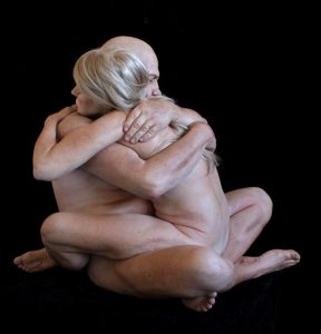 MARC SIJAN. Embrace (Abrazo). 2014. Resina de poliéster y óleo. 79x94x79 cm. © Marc Sijan. Courtesy of the artist and the Institute for Cultural Exchange, Tübingen.