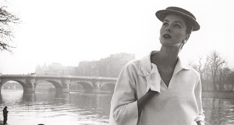 Louise Dahl-Wolfe. Suzy Parker en el Sena, traje de Balenciaga. París, Francia, 1953.