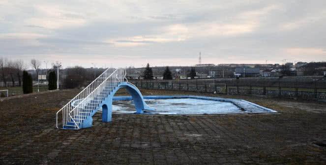 """Andrzej Tobis. Piscina para los que no saben nadar, de la serie """"A-Z. Diccionario ilustrado"""", 2007."""