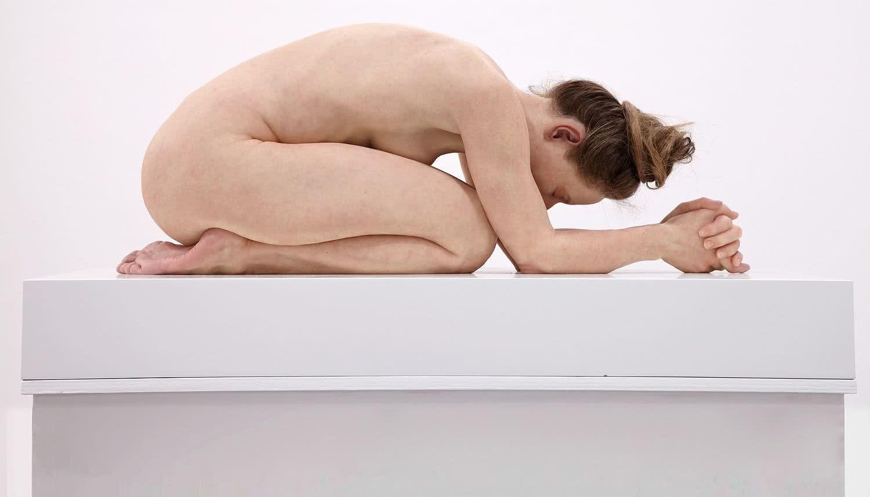 Sam Jinks (Bendigo, Australia, 1973). Untitled (Kneeling Woman) [Sin título (Mujer arrodillada)], 2015. Silicona, pigmentos, resina y cabello, 30 x 72 x 28 cm. © Sam Jinks. Cortesía del artista y de Sullivan+Strumpf, Sydney.