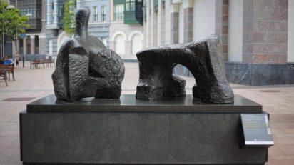 Figura reclinada en dos piezas núm. 2, 1960. Edición en bronce de 7 + 1. Longitud: 259 cm. Firma: grabada Moore, 0/7. Fundación Henry Moore: donación del artista en 1977.