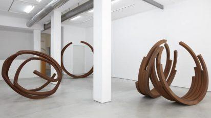 Bernar Venet en la Galería Cayón.