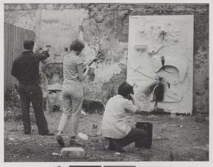 """Niki de Saint Phalle. Session de """"Tirs"""", Impasse Ronsin, Paris, 24 juin 1961."""
