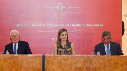 La Reina, durante la sesión de trabajo, junto al director del Instituto Cervantes y el subsecretario de Asuntos Exteriores y de Cooperación. © Instituto Cervantes / Juanjo del Río.