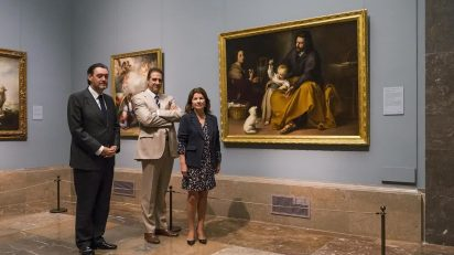 Miguel Zugaza, director del Museo del Prado; Gabriele Finaldi, comisario de ambos proyectos expositivos; y Anabel Morillo, directora general de la Fundación Focus, junto a la Sagrada Familia del pajarito de Murillo. Foto: © Museo Nacional del Prado.