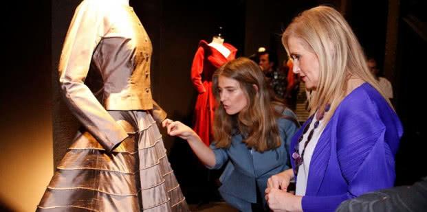 Cristina Cifuentes visita la exposición 'Jesús del Pozo' guiada por su comisaria, Esperanza García Claver. Foto: D. Sinova / Comunidad de Madrid.