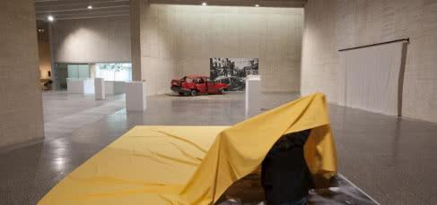 Vista de la exposición Actuar o perecer. Gustav Metzger – Una retrospectiva. MUSAC.