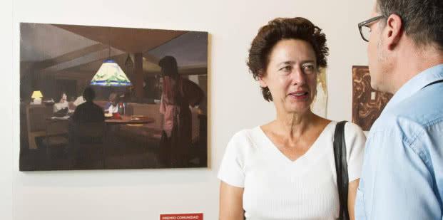 La directora de la Oficina de Cultura y Turismo, Anunciada Fernández de Córdova, posa junto a la obra ganadora de Pere Llobera.