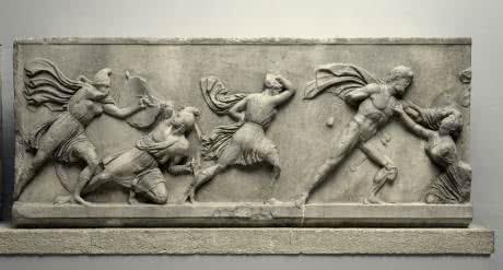 Una de las Siete maravillas del Mundo Antiguo. Friso en una losa que muestra a los griegos luchando contra las mujeres Amazonas, c. 350 a. C. Mármol del mausoleo de Halicarnaso, actual Bodrum (Turquía). © The Trustees of the British Museum (2016).