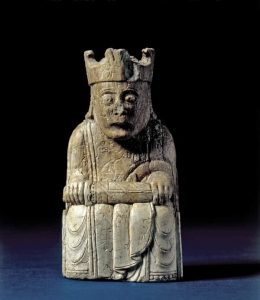 Rey del juego de ajedrez de Lewis, 1150-1200 Posiblemente Noruega, encontrado en Escocia. Marfil de morsa © The Trustees of the British Museum (2016).