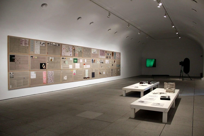 Vista de la exposición Ficciones y territorios. Arte para pensar la nueva razón del mundo. Museo Nacional Centro de Arte Reina Sofía. Foto: Luis Martín.