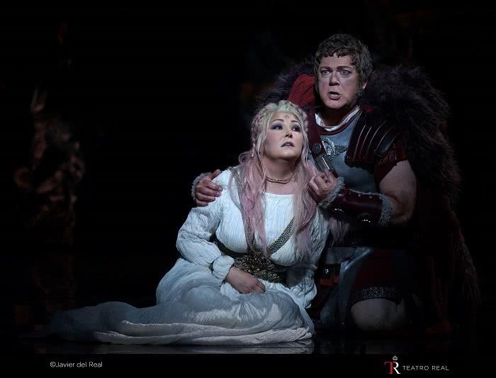 Adalgisa (Karine Deshayes) y Pollione (Gregory Kunde). © Javier del Real / Teatro Real.