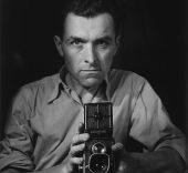 Robert Doisneau. Autorretratro con Rolliflex, 1947.