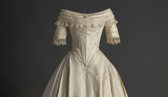 Vestido de novia en seda labrada con aplicación de encaje, 1840. Foto: Pablo Linés Viñuales.